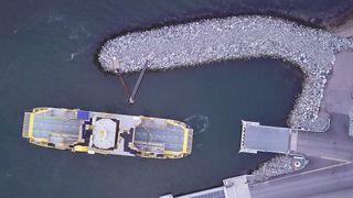 Fergen Falco trafikkerer strekningen Parainen-Nauvo i Finland . Her testes autodokking, fotografert fra drone.