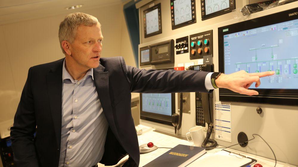 Fergene kunne vært helektriske, men da ville ikke batteriene vart i ti år. Ketil Aagesen i Siemens peker på ladeindikatoren.