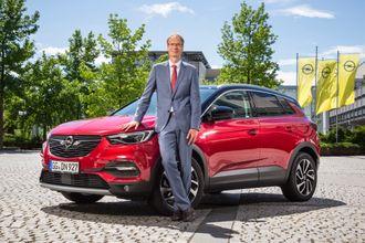 Opel-boss Michael Lohscheller med Grandland X, som kommer som ladehybrid.