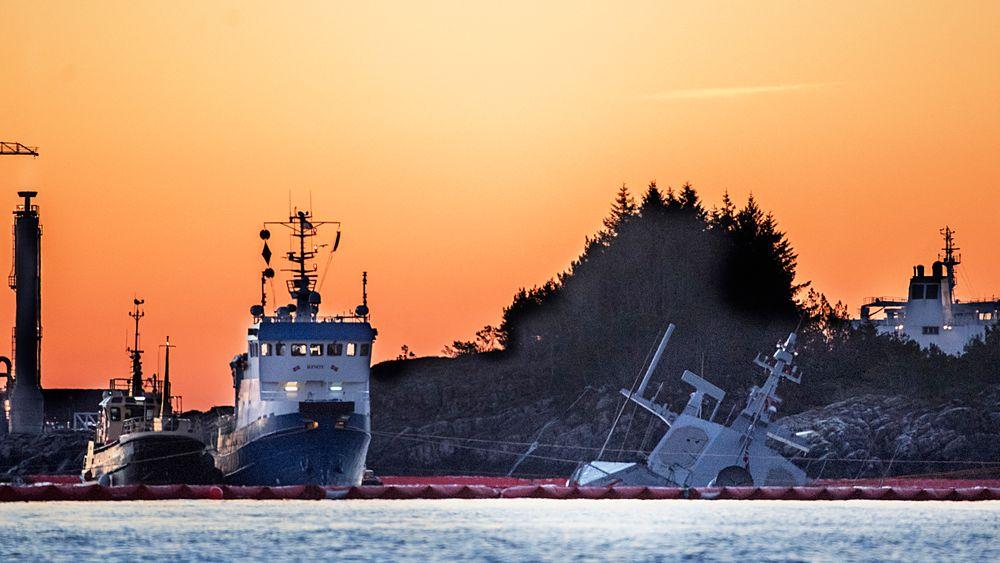 Havarerte KNM Helge Ingstad fotografert 24. november. Nå har de andre fregattene fått mottiltak om vannintrengingen man mener førte til at flere rom i skipet ble oversvømmet.