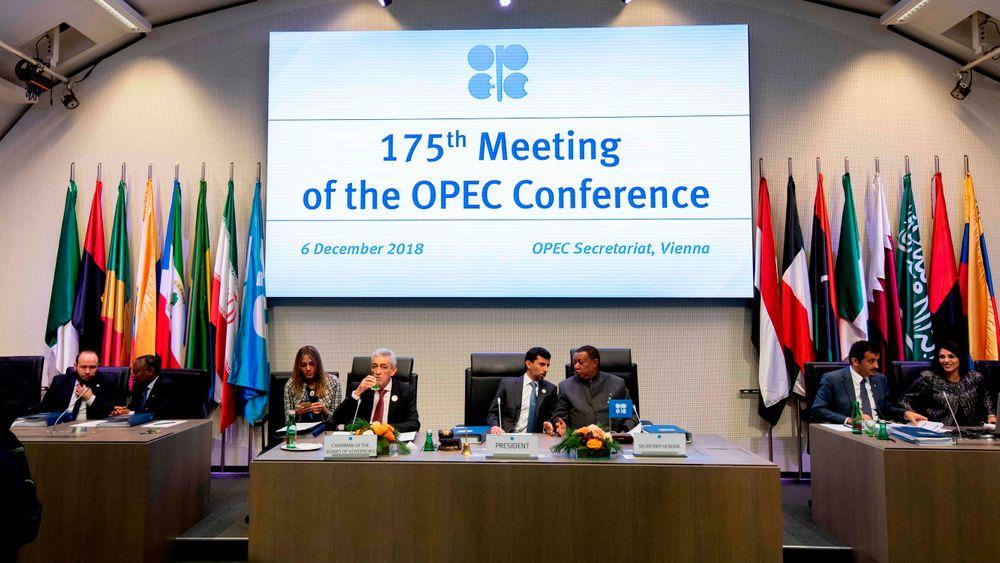 OPECs president og de Arabiske Emiraters energiminister, Suhail al-Mazrouei (nummer fire fra høyre) åpnet den 175. OPEC-konferansen i Wien i går.