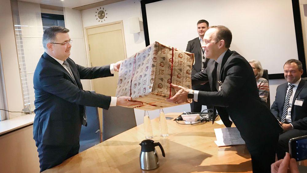 Her leverer olje- og energiminister Kjell-Børge Freiberg «julegaven» til Equinors  direktør for prosjektutvikling, Torger Rød. Den inneholder godkjenning av utbyggingsplan for den tredje fasen av Troll-feltet.