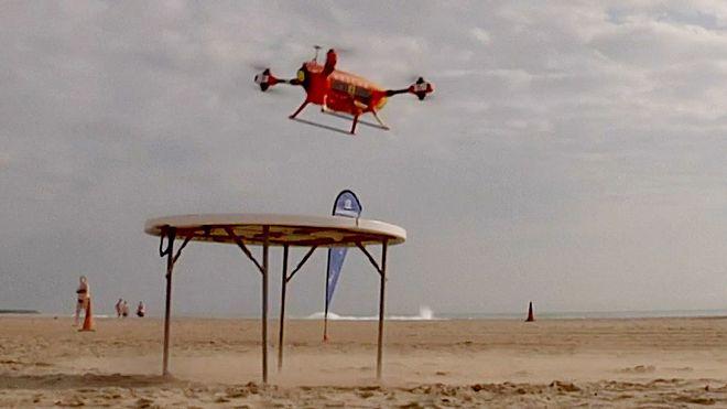 Denne dronen slipper ned redningsvester til badende i nød