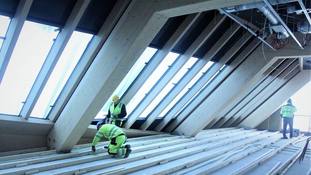 Fra gulvarbeidet i utkragingen i toppetasjen. I fellessoner blir det parkett på gulvene, ellers blir det lyddempende stålplater og teppeflis.
