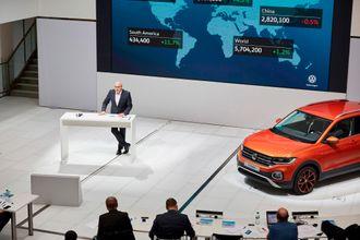 Volkswagen annonserer at de setter opp farten på elektrifiseringen under en pressekonferanse i Wolfsburg.
