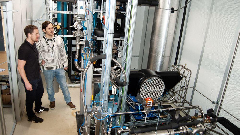 Målinger SINTEF-forskerne David Berstad og Stian Trædal (til venstre) har fått under forsøk med det nye systemet på denne labrigg i Trondheim viser at de ved å flytendegjøre CO2 oppnår en renhet på minst 99 prosent.
