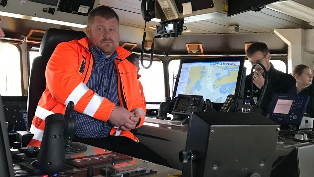 Kaptein Matti Pöyli i Finferries sitter og følger med mens autonomisystemet fra Rolls-Royce styrer og navigerer ut fra hindringer i fjorden.