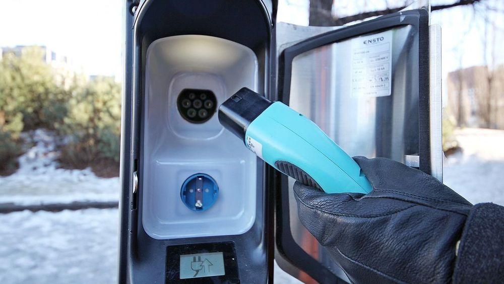 Fremskrittspartiet vil innføre moms på elbiler og bruke pengene på lavere bomtakster. Illustrasjonsfoto av ladestolpe med hybridløsning.