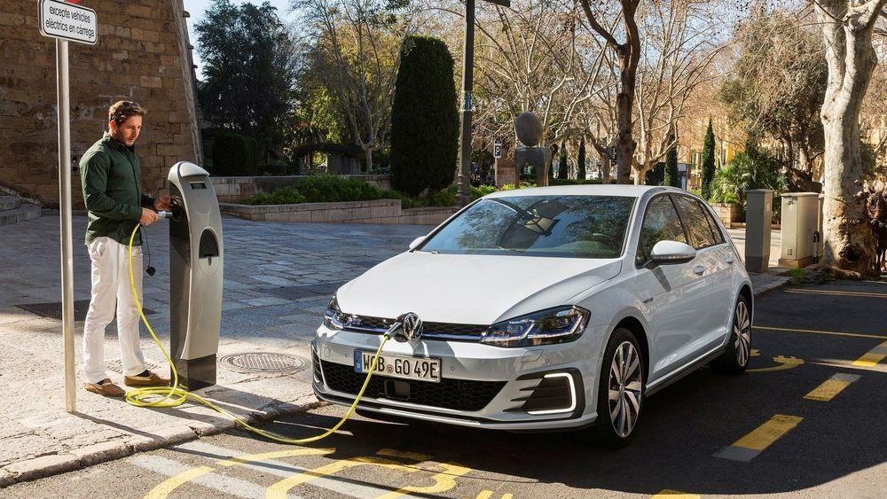 RAC mener at hybridbiler burde forbys ved offentlige ladestolper.
