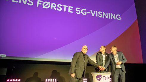 Ivar Halstvedt fra Odeon Kino AS, samferdselsmininister Jon Georg Dale og Telia Norges Abraham Foss trykker på den store røde knappen og kjører igang Norges første 5G-kino.