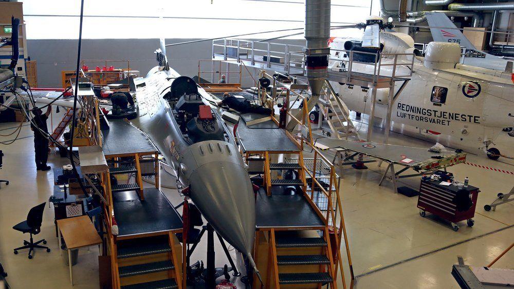 Vedlikehold av F-16 og Sea King inne hos AIM på Kjeller.