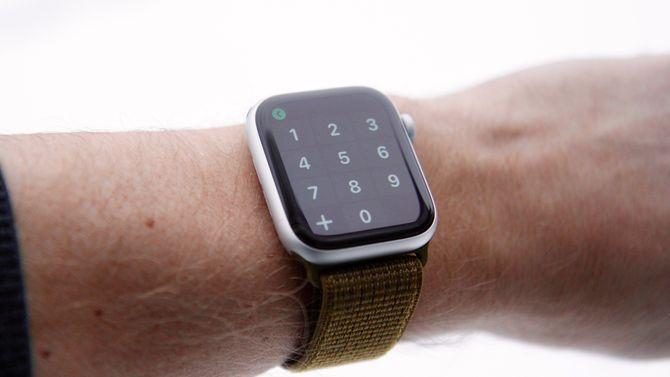 Smartklokken Apple Watch Series 4 på armen.