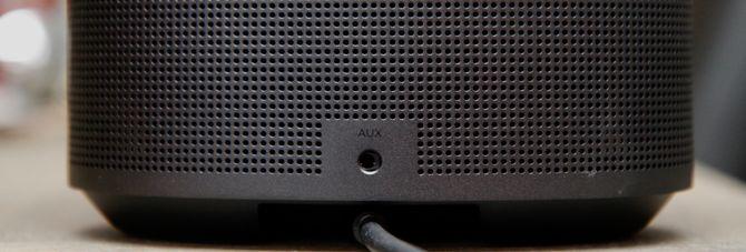 AUX-inngang på baksiden av høyttaleren.
