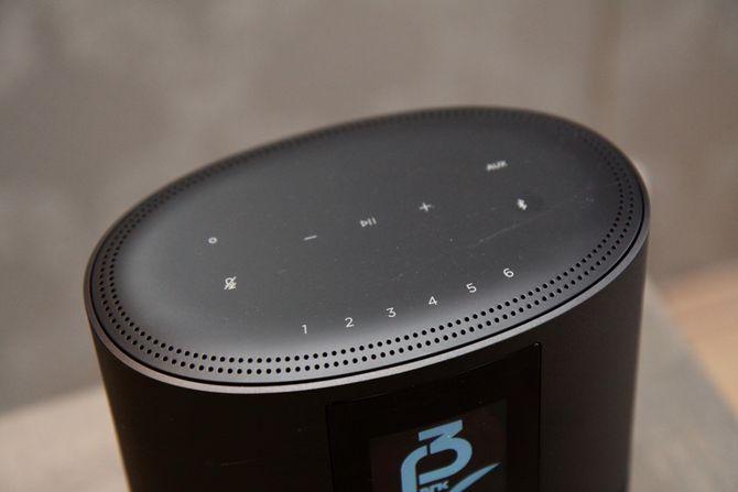 Betjeningspanelet på toppen av Bose Home Speaker 500-høyttaleren.