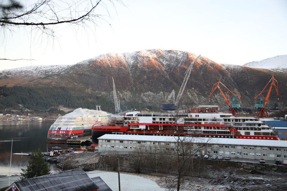 Kleven Verft med Hurtigrutens ekspedisjonsskip MS Roald Amundsen og – MS Fridtjof Nansen i arbeid  desember 2018.