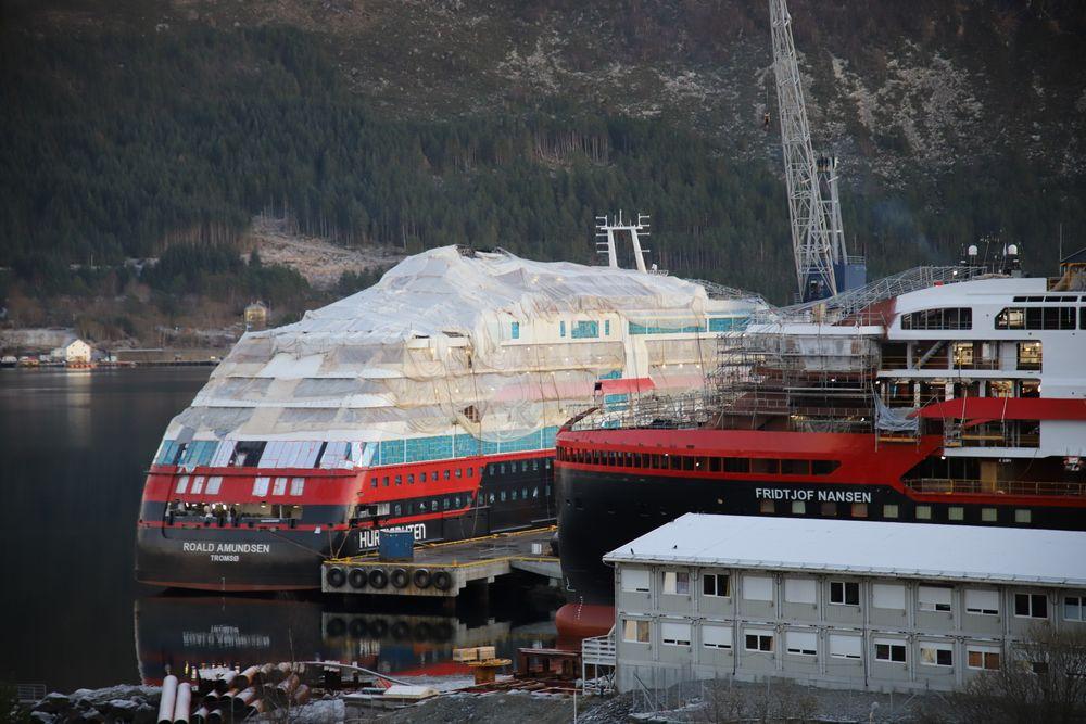 Juleinnpakning. Ekspedisjonsskipet MS Roald Amundsen (leveres Q1 2019) og MS Fridtjof Nansen (leveres Q3-2019) ved Kleven Verft 13. desember 2018.