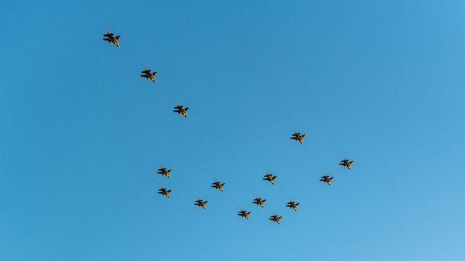 Se opp! Her flyr F-16 i julestjerne-formasjon over Bodø