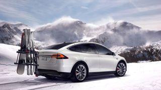 Elbiler kan leveres med tilleggsutstyr, som dette skistativet fra Tesla.