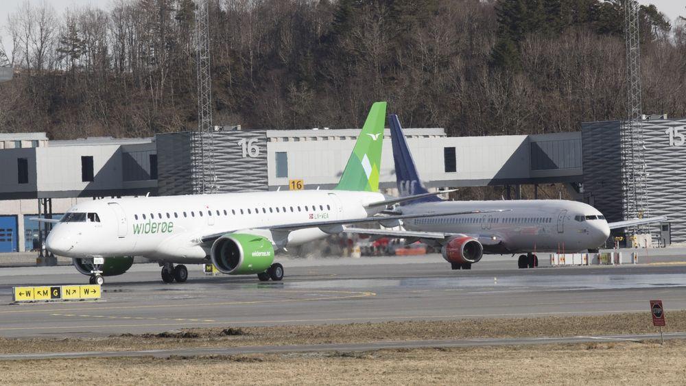 Widerøes første E190E2 landet på Flesland første gang 12. april i år. Nå ligger det an til at flyprodusenten får Boeing som eier - produsenten av SAS' 737-800 maskin til høyre.