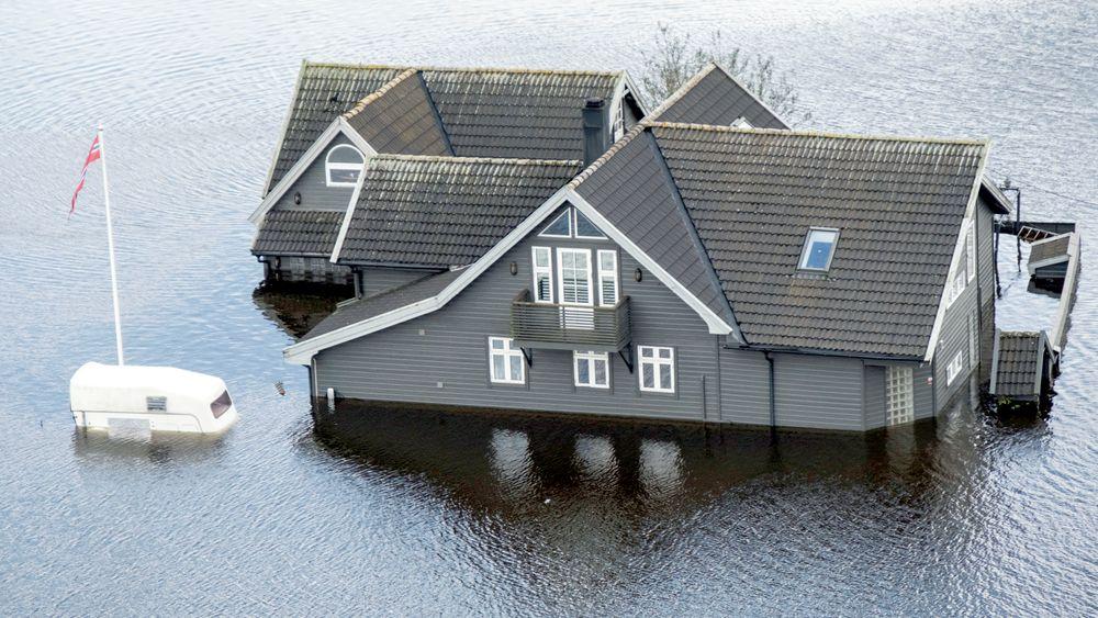 Uvær på Sørlandet: Da Topdalselva gikk over sine bredder 2. oktober i fjor ble mange hus rammet av flom ved Drangsholt mellom Kristiansand og Birkeland.