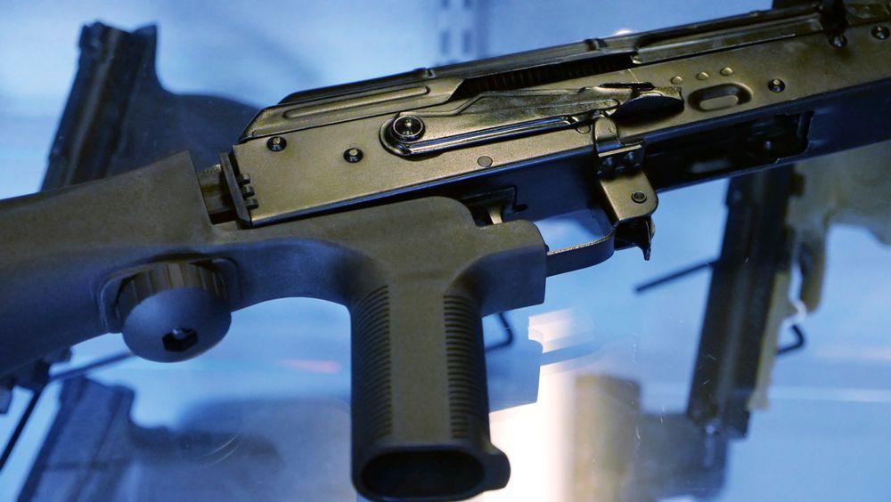 En bump stock kan festes til et halvautomatisk våpen, som på bildet. Det innebærer at det kan avfyre skudd med samme hastighet som et helautomatisk våpen.