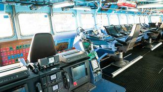 Brua på fregatten KNM Otto Sverdrup.  KNM Helge Ingstad er lik. Fregattene har tre navigasjonsskjermer.