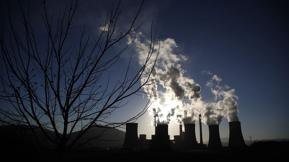 Røyken stiger fra kullkraftverket Agios Dimitrios utenfor Kozani nord i Hellas.