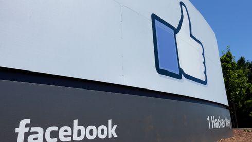 Stort Facebook-skilt med tommel opp utenfor Facebooks hovedkvarter i Menlo Park i California.