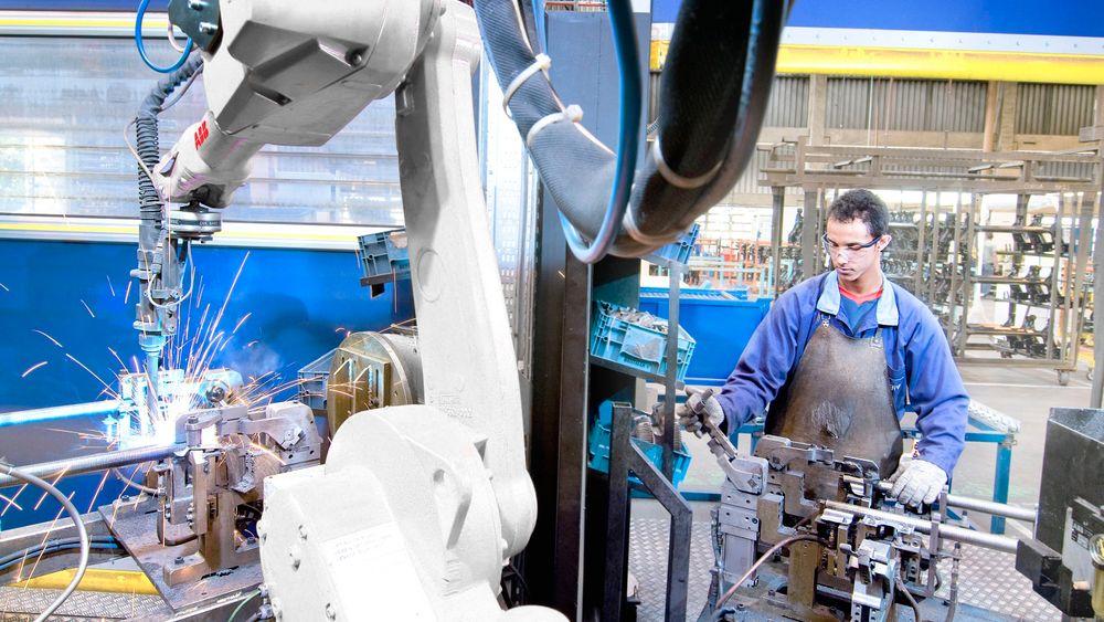 Industriroboter blir billigere og mer fleksible. Da blir de aktuelle for småbedriftene også, men de må være enkle å bruke, mener ABB.