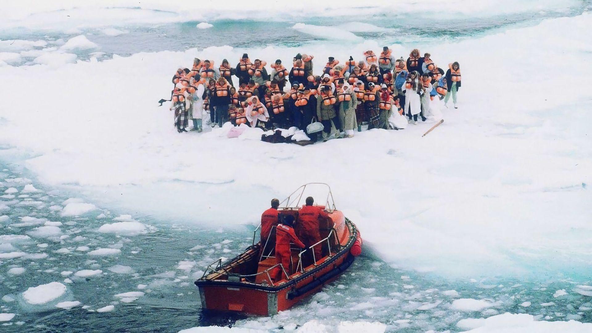Passasjerene måtte forlate skipet da Maksim Gokiy traff isen med over 900 ombord i 1989. Alle ble reddet i det som kunne blitt en gedigen katastrofe.