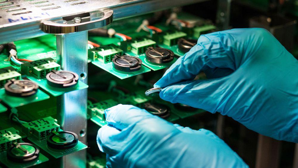 Elektrokjemisk testing av knappeceller med ulike anodematerialer. Her måles blant annet lagringskapasitet, virkningsgrad (coulombisk effektivitet), oppførsel ved ulike lade – og utladingshastigheter og stabilitet under langtids sykling.
