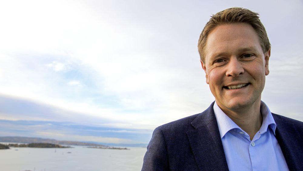 Direktør Harald Solberg viser frem utsikten fra tårnet i Rederiforbundets lokaler. Som seg hør og bør er det ikke langt til sjøen.