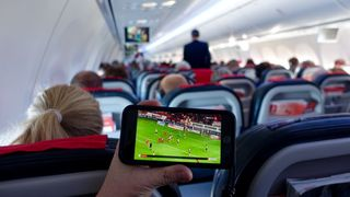 Wifi i fly: Det kan bli mulig å snakke i mobilen mens du er i lufta