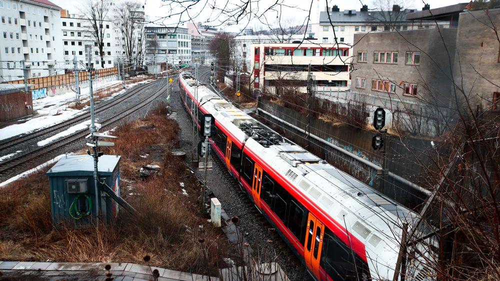 Et tog forlater Skøyen stasjon. Illustrasjonsbilde.