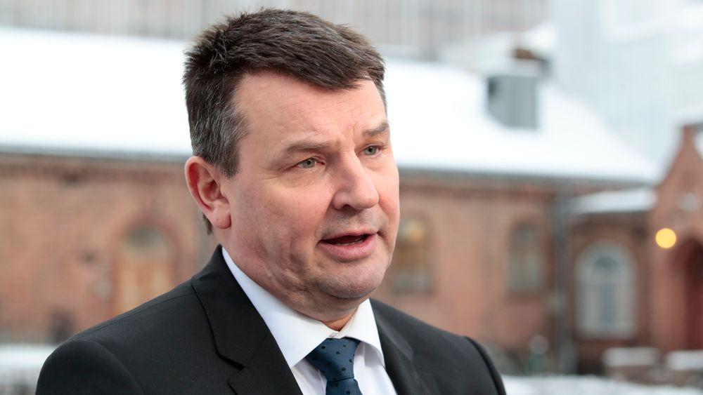 Justisminister Tor Mikkel Wara (Frp) sier målet med endringen i avhendingsloven er å få ned antall konflikter i forbindelse med boligkjøp- og salg og gjøre bolighandelen tryggere og enklere.