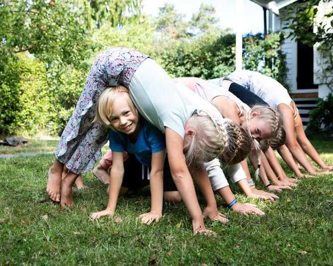 - Kontakt med egen kropp gjennom yogaøvelser og yogaleker, og å lære konkrete verktøy for å roe ned kropp og sinn, er gull verdt for trivsel og mestring av hverdagslivets mange ulike utfordringer, sier forfatteren.