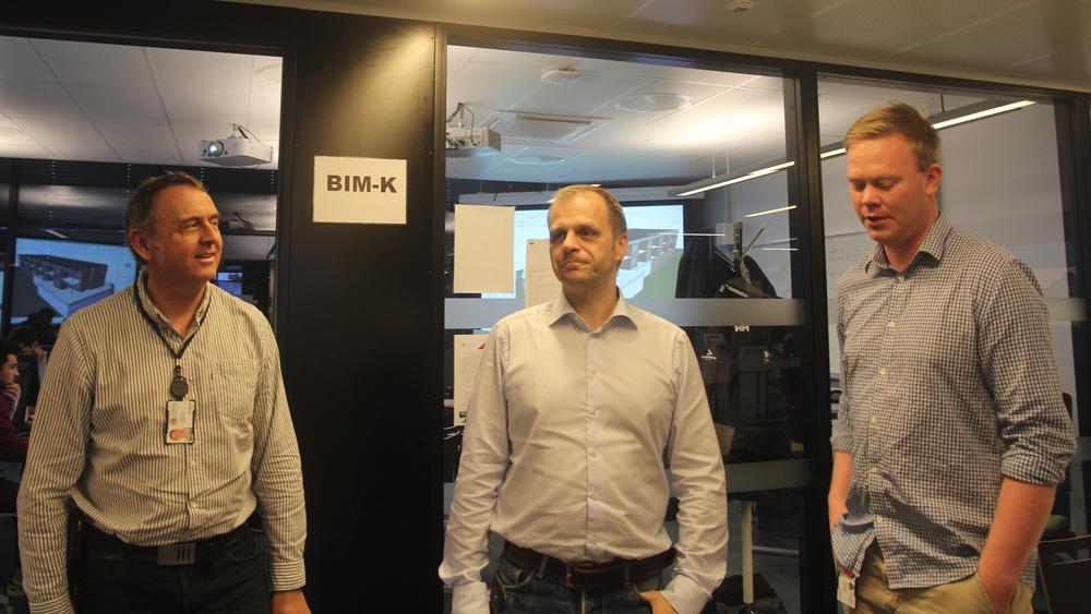 Ingolf Sundfør (fra venstre), Harald Selvær og Lars Vegheim Dagalid underviser bim-studentene på Fagskolen i Oslo og Akershus.