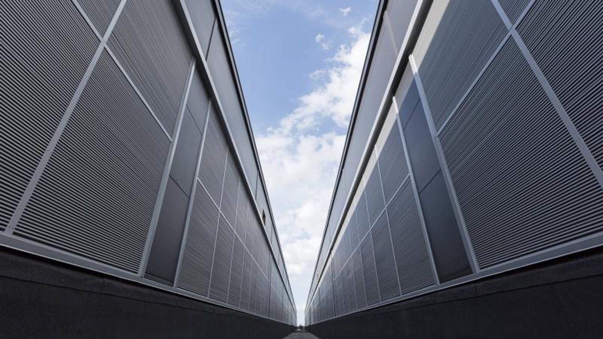 De store datasentrene skyter opp som kolosser på dansk mark mellom gjødseltanker og svinegårder, og blir gigantiske storkunder for den danske strømproduksjonen.