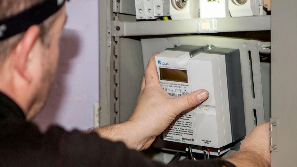 Innen utgangen av 2018/neste uke skal alle norske hjem ha fått en digital strømmåler som kan lese av strømforbruket automatisk. Nå må enkelte nettselskaper jobbe på spreng for å få datainnsendingen til å fungere som den skal.