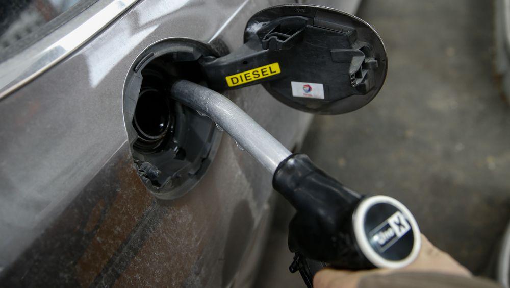 Salget av bensin og diesel går ned med 30 prosent i Oslo vest, viser tall fra konsulentselskapet Rystad Energy.
