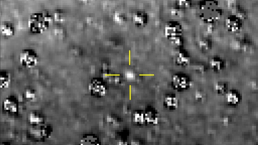 Et bilde fra NASA-sonden New Horizons viser Ultima Thule, markert i midten. Første nyttårsdag flyr New Horizons tett forbi det 30 kilometer store objektet i det såkalte Kuiperbeltet, et fjerntliggende område som strekker seg fra Neptuns bane og utover.