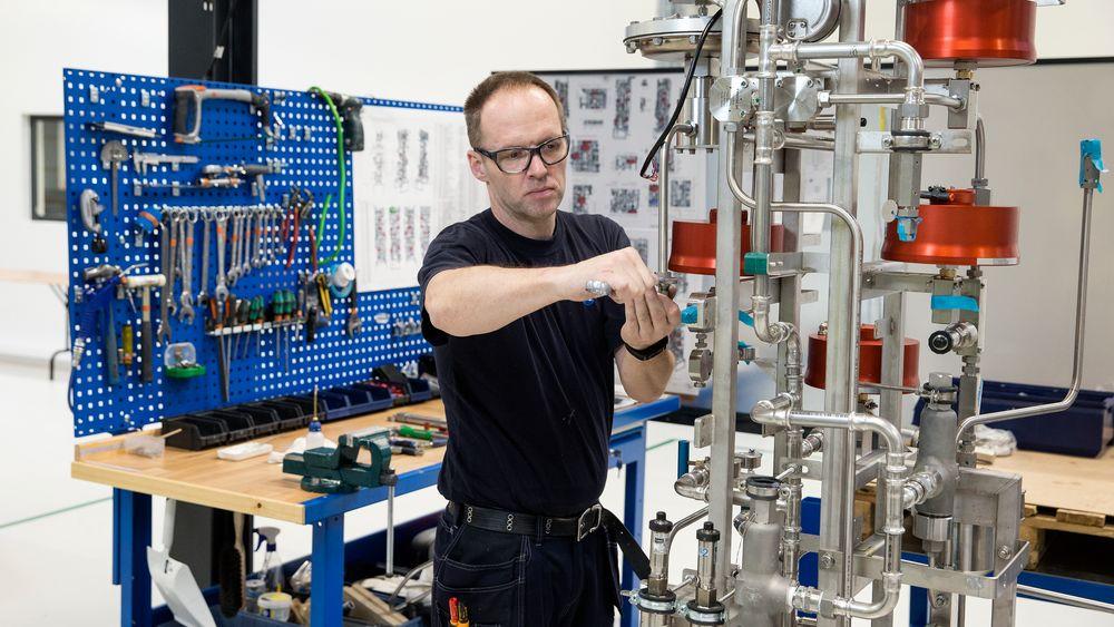 Nel Hydrogen produserer avanserte hydrogentankstasjoner i danske Herning. Her arbeides det med et «juletre» - et ventilpanel, som i stedet for ventiler og rør festet på en plate, settes opp i flere dimensjoner for å spare plass. Ventilpanelet sitter inne i hydrogenstasjonen, og styrer flyten av gass inn, i og ut av stasjonsenheten.