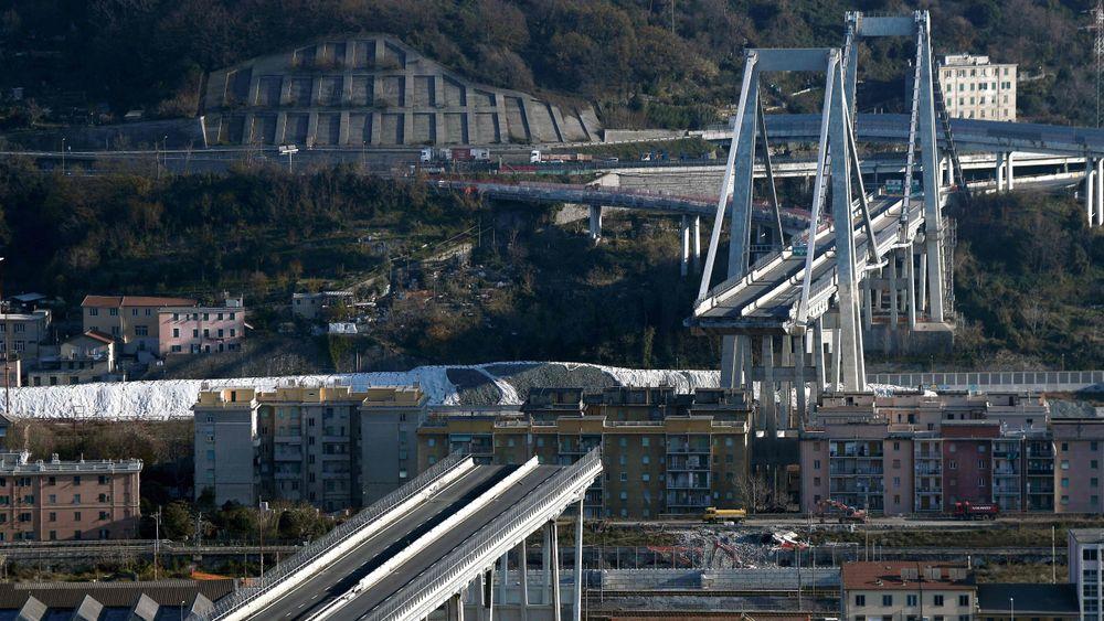 Restene av Morandi-broen står fremdeles i Genova. Dette bildet ble tatt 14. desember.
