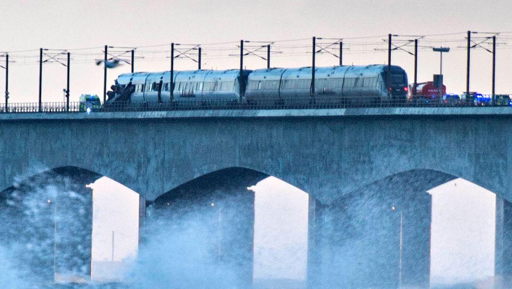 Passasjertoget står ennå på Storebæltbroen etter ulykken onsdag morgen. På bildet kan det se ut til at delene fra godstoget har truffet passasjertoget i den venstre enden av togsettet.