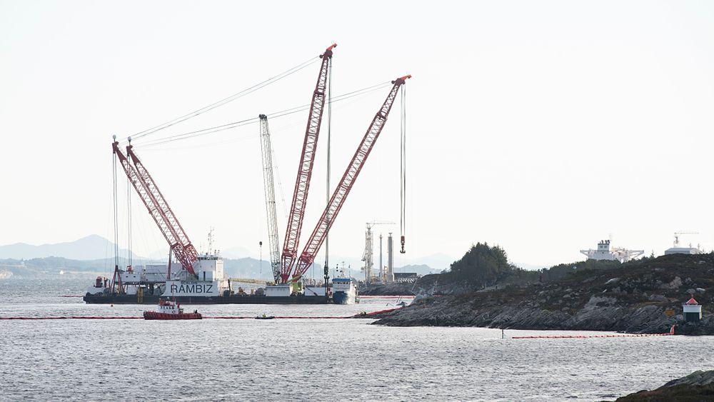Kranbåten Rambiz jobber ved den havarerte KNM Helge Ingstad. Vraket sank ytterligere 30 centimeter i løpet av julen, og uvær har forsinket arbeidet med å forberede hevingen.