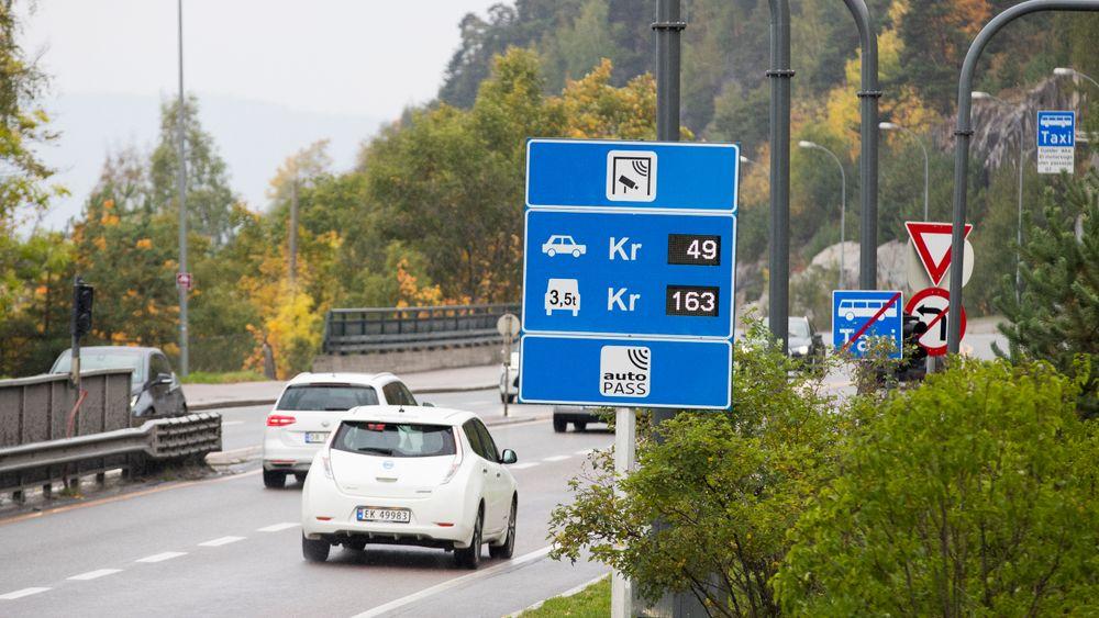 Fra 1. mars blir det dyrere for alle med elbil å krysse bomringene i hovedstaden. Dette mener elbilforeningen er uheldig.