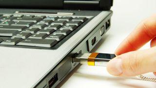 Advarer: – Ikke koble smartmobilen til ukjente pc er via USB