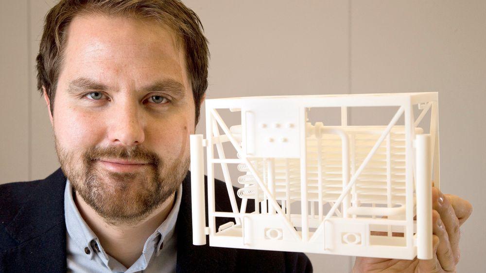Kjøling først: Opphavsmannen Stig Grafsrønningen med modell av subseakjøleren fra Future Technology som flytter kjølingen fra plattformen ned på havbunnen.