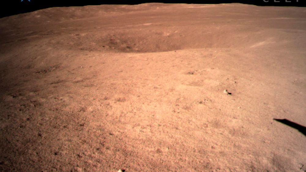 I bildet formidlet av China National Space Administration via Xinhua News Agency, ser vi det første bildet av månens bakside tatt av romsonden Chang'e-4.
