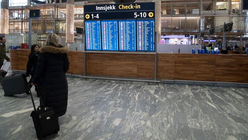 Equinor og Telenor er blant selskapene som nekter ansatte bonuspoeng på private reiser, skriver Dagens Næringsliv. Juletrafikk ved Oslo lufthavn mandag ettermiddag i 2017.